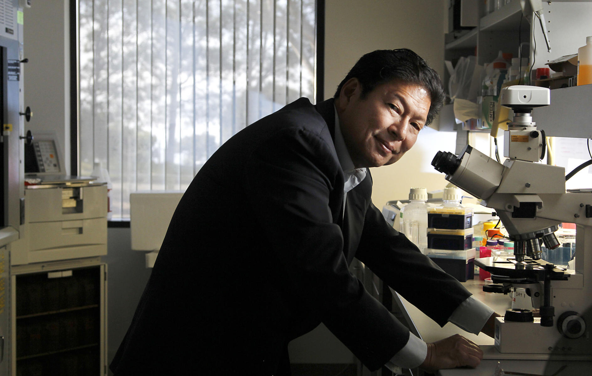 SBPMDI neuroscientist Jerrold Chun in his lab for The San Diego Union-Tribune.  : On Assignment : San Diego Corporate and Event Photographer
